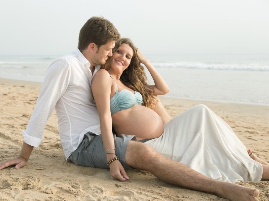 Para oczekująca dziecka na urlopie