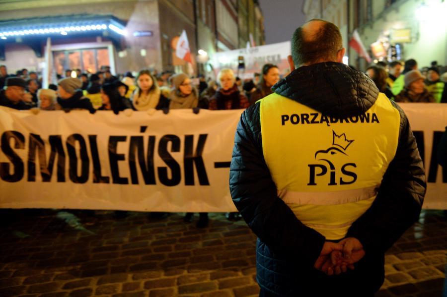 Przemarsz po wieczornej mszy przed Pałac Prezydencki w Warszawie