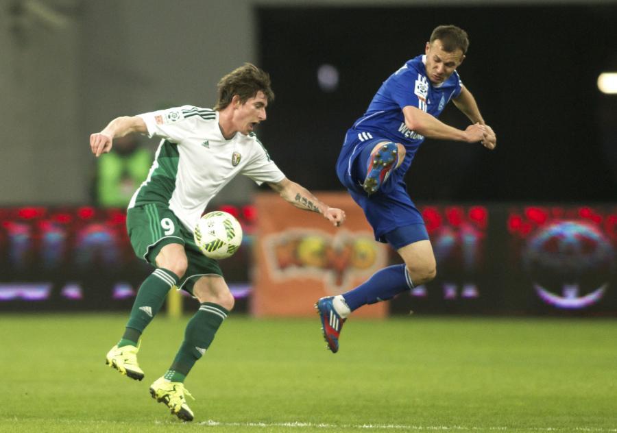 Zawodnik Śląska Wrocław Jacek Kiełb (L) walczy o piłkę z Markiem Zieńczukiem (P) z Ruchu Chorzów podczas meczu polskiej Ekstraklasy