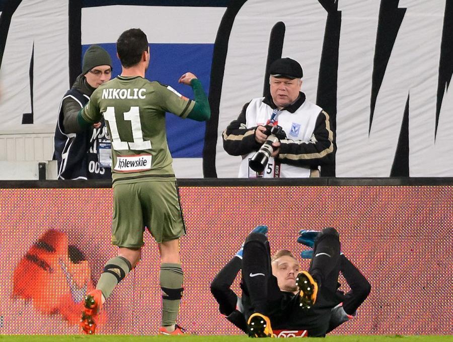 Piłkarz Legii Warszawa Nemanja Nikolic (L) cieszy się z gola podczas meczu polskiej Ekstraklasy z Lechem Poznań
