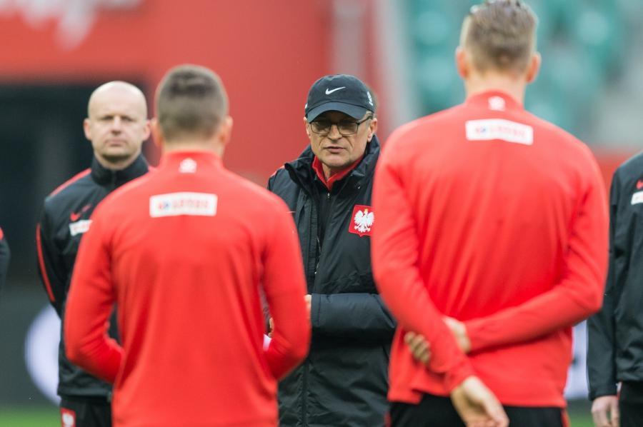 Trener reprezentacji Polski Adam Nawałka (2P) podczas treningu drużyny na Stadionie Miejskim we Wrocławiu