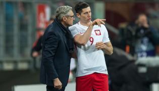Trener reprezentacji Polski Adam Nawałka (L) i Robert Lewandowski (P) przy ławce rezerwowych podczas towarzyskiego meczu Polska - Finlandia
