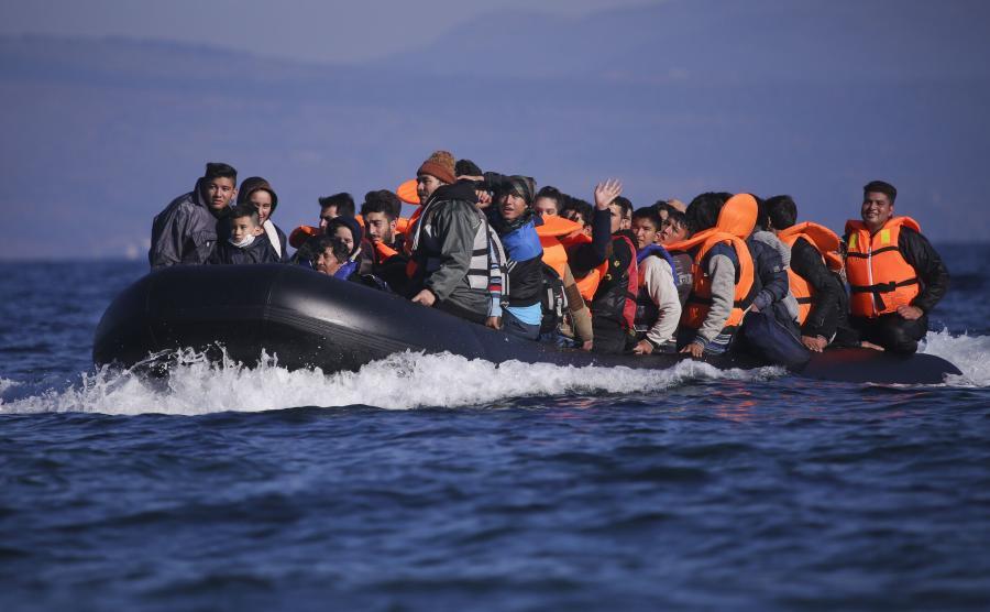 Uchodźcy płyną pontonem