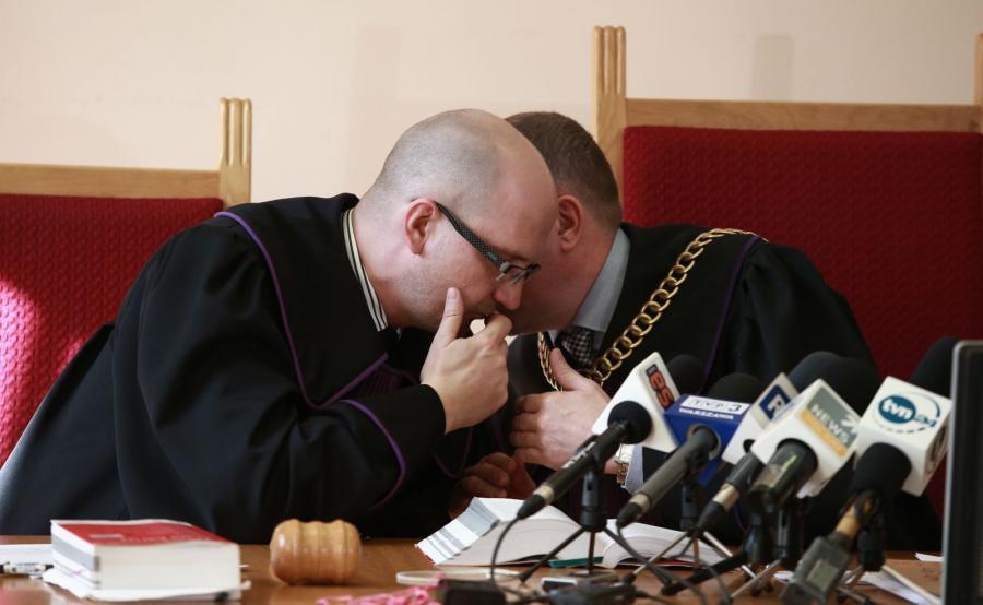 Sędziowie Jacek Lisiak (L) i Jarosław Przybyliński (P) podczas rozprawy