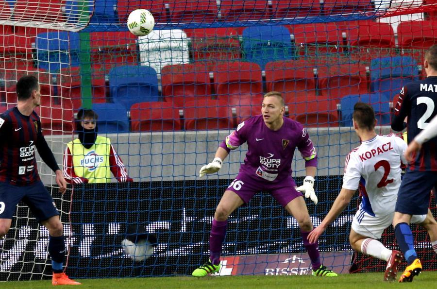 Piłkarz Górnika Zabrze Bartosz Kopacz (P) strzela bramkę obok bramkarza Pogoni Szczecin Dawida Kudły (C), podczas meczu Ekstraklasy