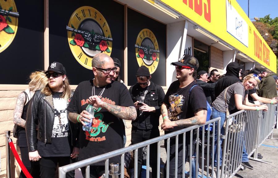 Fani w kolejce po bilety na koncert Guns N\' Roses