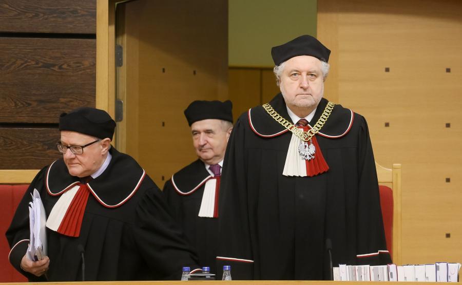 Przewodniczący TK Andrzej Rzepliński (P) oraz sędziowie Stanisław Biernat (L) i Leon Kieres (C), podczas rozprawy przed Trybunałem Konstytucyjnym
