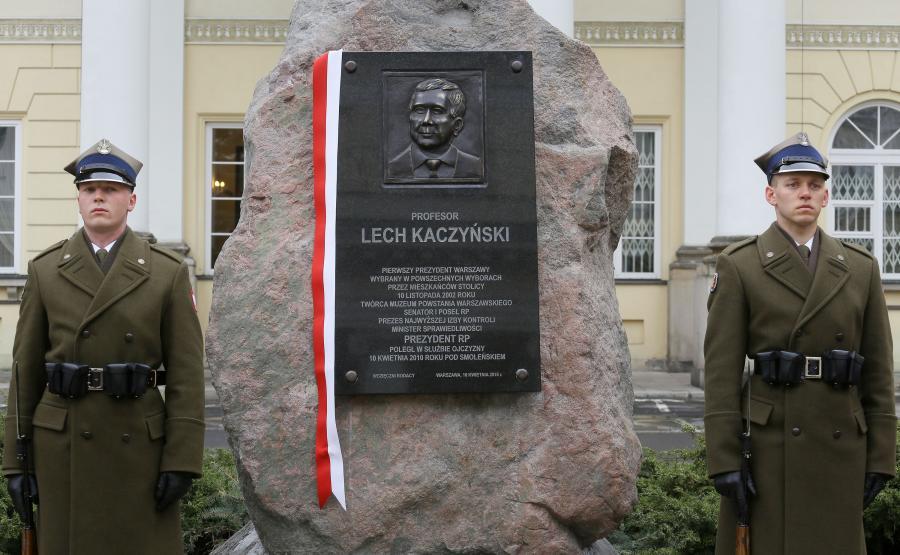 Tablica poświęcona prezydentowi Lechowi Kaczyńskiemu na dziedzińcu Mazowieckiego Urzędu Wojewódzkiego w Warszawie