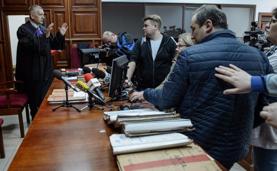 Przewodniczący składu sędziowskiego sędzia Andrzej Kaczmarek rozmawia z dziennikarzami przed rozprawą apelacyjną zabójców z Rakowisk - Zuzanny M. i Kamila N.