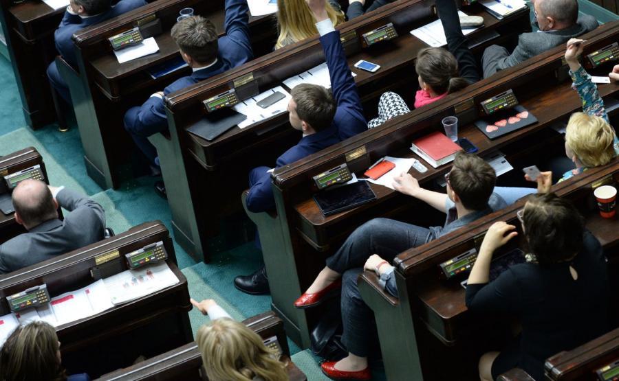 Ławy poselskie Nowoczesnej i PSL i Kukiz\'15, podczas głosowania na nowego sędziego TK