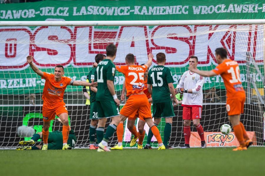 Zawodnicy Termaliki Bruk-Bet Nieciecza cieszą się z bramki, którą zdobył dla nich zawodnik Śląska Wrocław