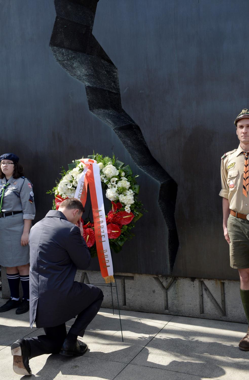 Prezydent Andrzej Duda podczas ceremonii złożenia wieńca przed pomnikiem Katyńskim w Toronto