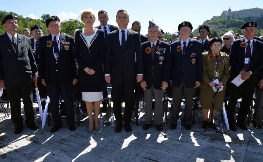 Prezydent Andrzej Duda (4L) z żoną Agatą (3L) oraz weterani podczas uroczystości upamiętniających 72. rocznicę zakończenia bitwy o Monte Cassino