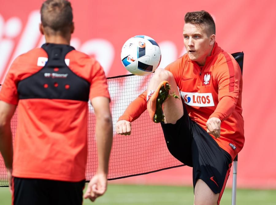 Piłkarz reprezentacji Polski Piotr Zieliński (P) podczas treningu kadry w Jastarni