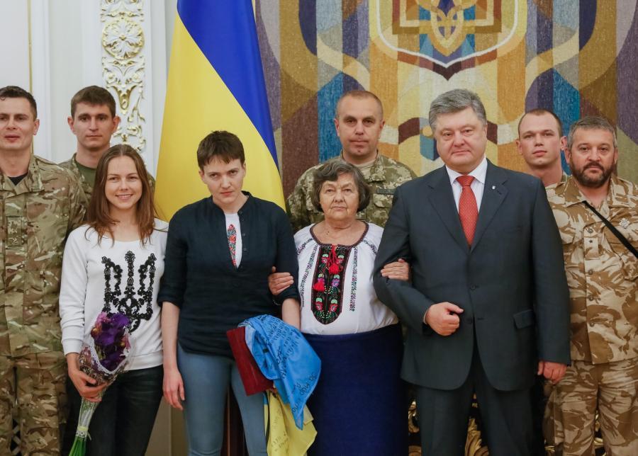 Nadia Sawczenko z siostrą Wierą i matką Marią, oraz prezydent Petro Poroszenko