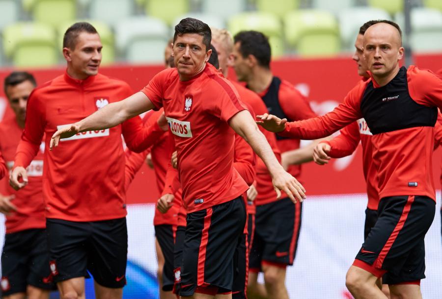 Zawodnicy piłkarskiej reprezentacji Polski: Robert Lewandowski (C), Artur Jędrzejczyk (L) i Michał Pazdan (P) podczas treningu przed towarzyskim meczem z Holandią