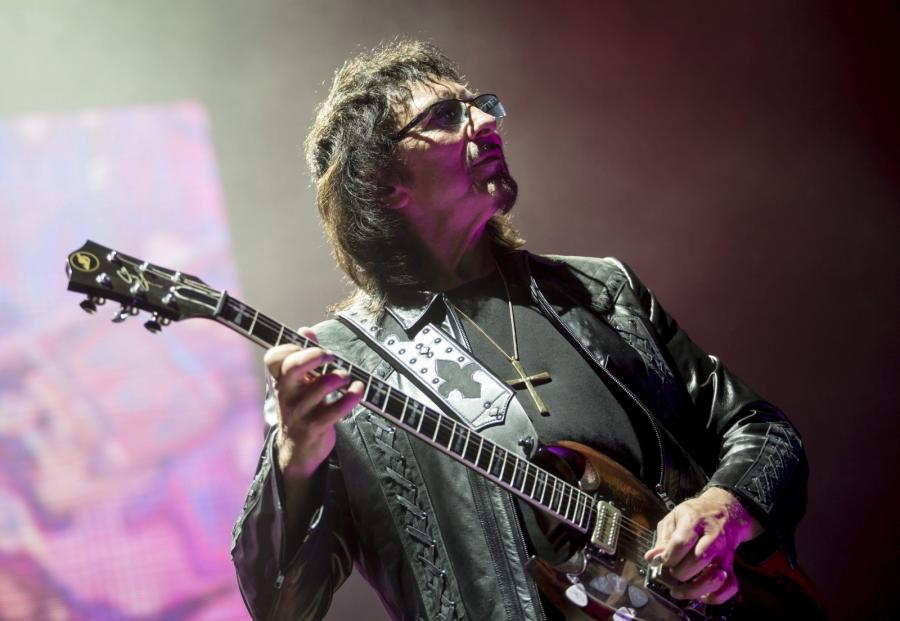 Tony Iommi podczas koncertu w Papp Laszlo Budapest Sports Arena