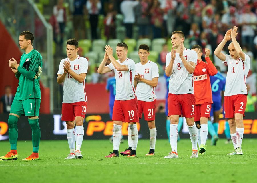 Reprezentanci Polski dziękują kibicom za doping po przegranym 1:2 meczu towarzyskim przeciwko Holandi