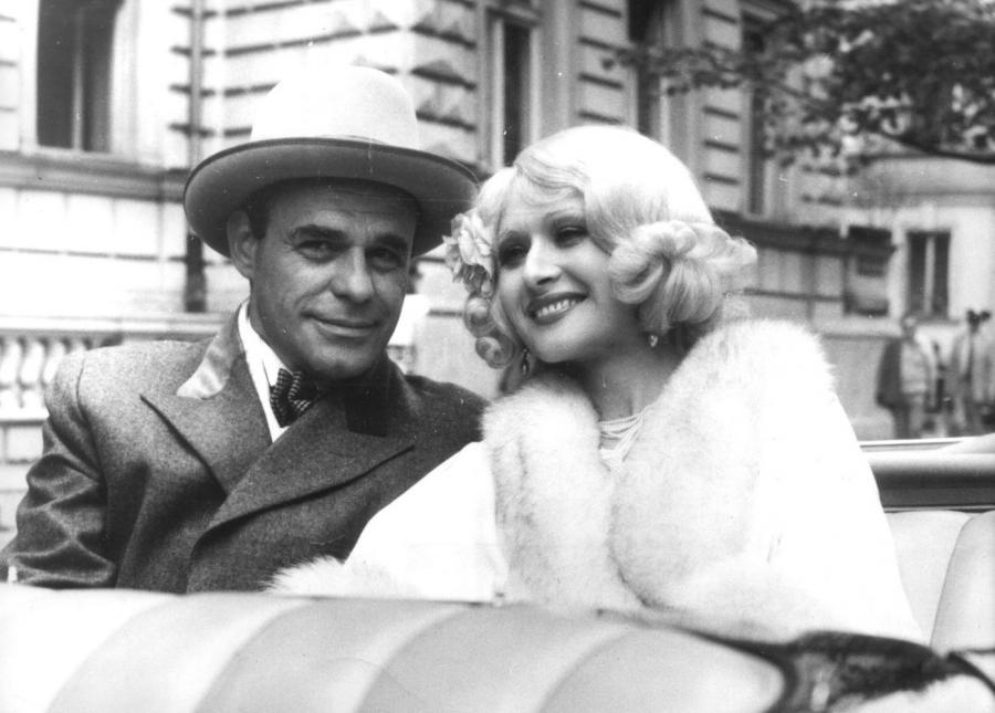 """Grażyna Barszczewska i Roman Wilhelmi w scenie z filmu """"Kariera Nikodema Dyzmy"""" (1980)"""