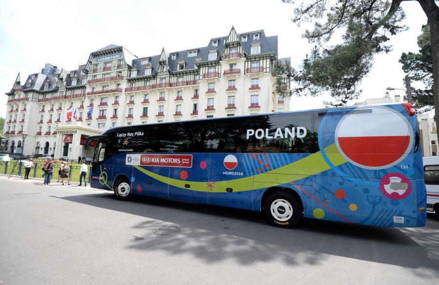 Autokar piłkarskiej reprezentacji Polski przyjeżdża do hotelu Barriere L\'Hermitage we francuskim La Baule