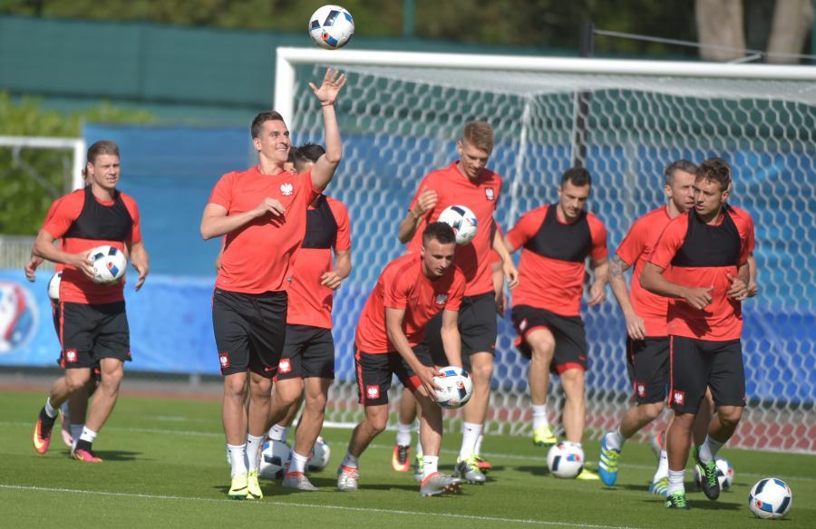 Zawodnicy piłkarskiej reprezentacji Polski podczas treningu na boisku treningowym we francuskim La Baule