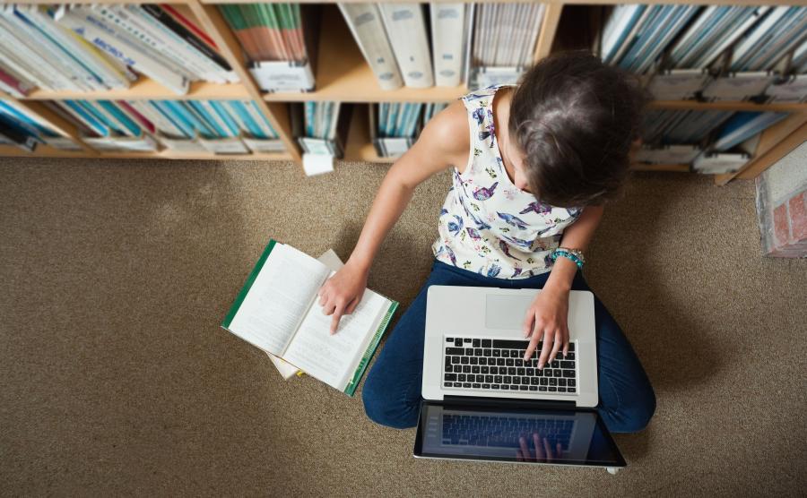 Uczennica odrabia pracę domową