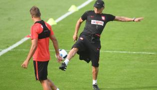 Selekcjoner reprezentacji Polski Adam Nawałka (P) i obrońca Thiago Cionek (L) podczas podczas treningu na boisku treningowym we francuskim La Baule