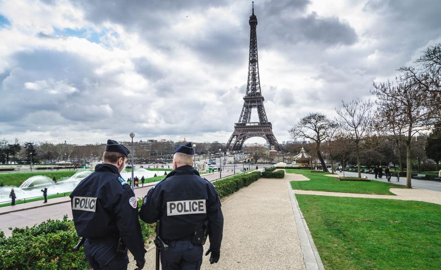 Francuska policja na Polach Marsowych w Paryżu