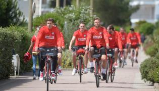 Zawodnicy piłkarskiej reprezentacji Polski (od lewej): Wojciech Szczęsny, Artur Jędrzejczyk, Artur Boruc i Filip Starzyński podczas wycieczki rowerowej we francuskim La Baule