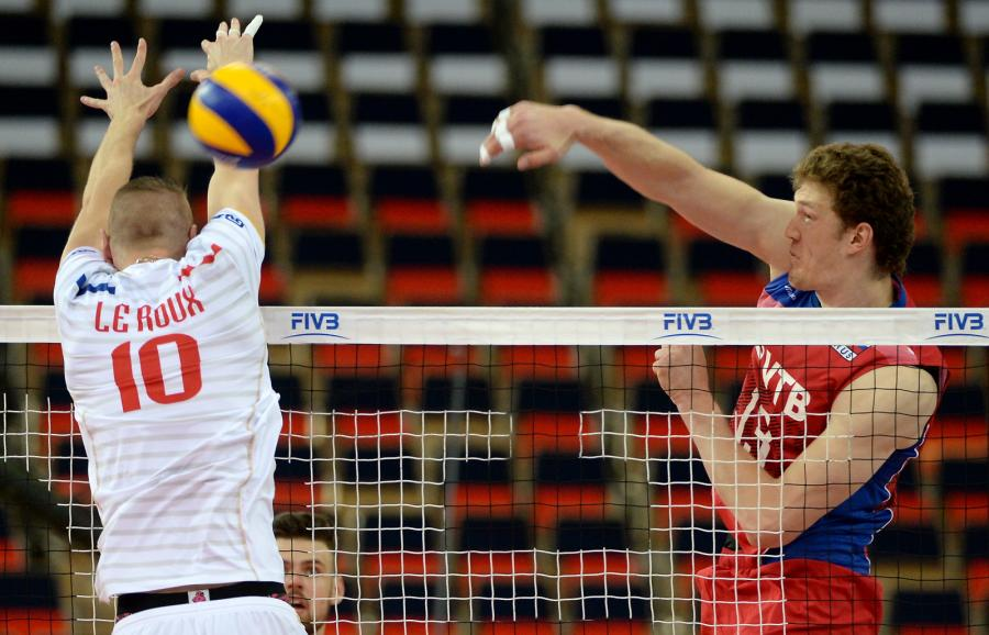 Reprezentant Francji Kevin Le Roux (L) i Dmitrij Muserskij (P) z Rosji podczas meczu Ligi Światowej siatkarzy