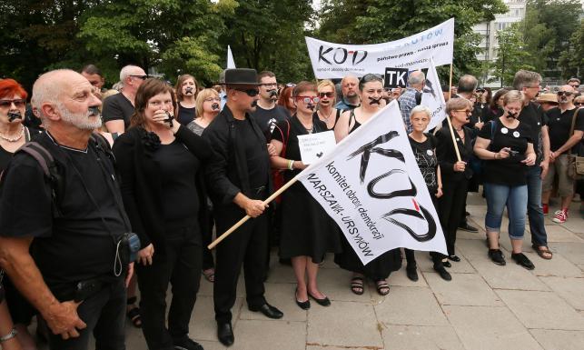 Czarny protest KOD w obronie TK. Działacze przyszli pod Sejm z zaklejonymi ustami [ZDJĘCIA]