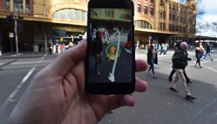 Człowiek używa aplikacji Pokemon GO w Australii
