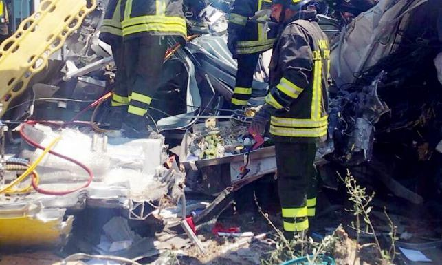 Ofiar przybywa... Dramatyczne ZDJĘCIA z miejsca czołowego zderzenia pociągów we Włoszech