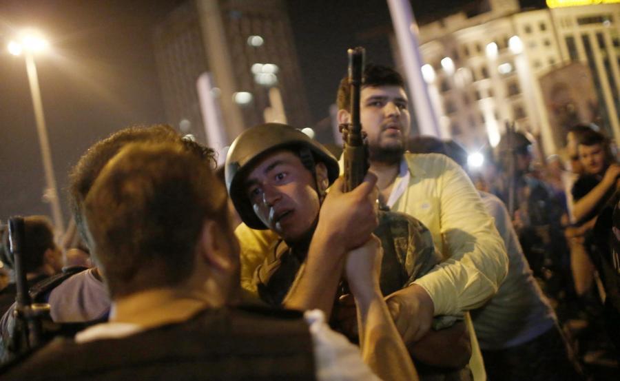 Policja zatrzymuje tureckich żołnierzy na placu Taksim