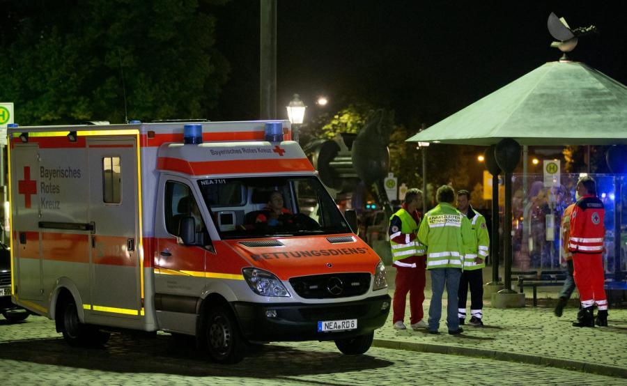 Ratownicy na miejscu ataku w Ansbach