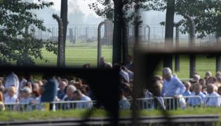 Pielgrzymi oczekują na papieża w Auschwitz