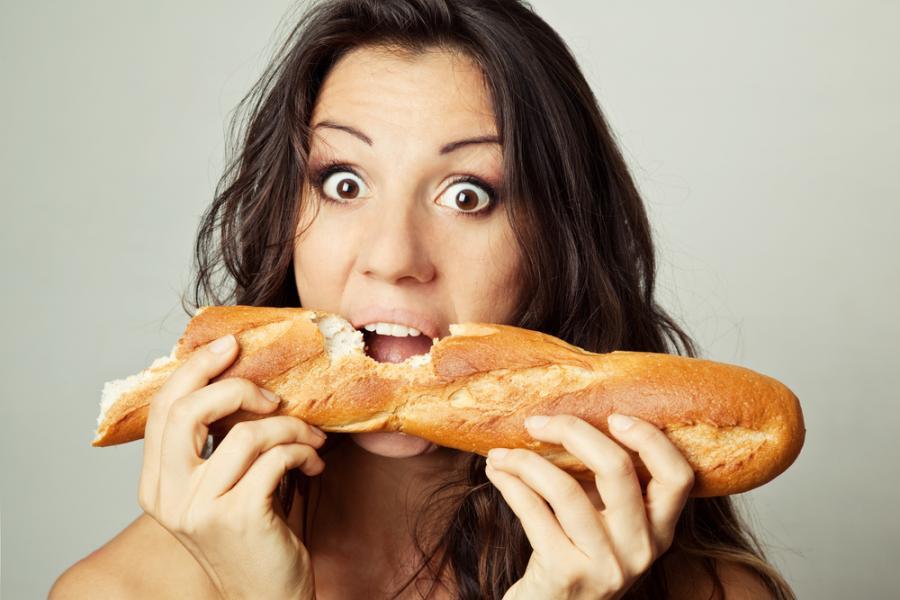 Kobieta jedząca pieczywo
