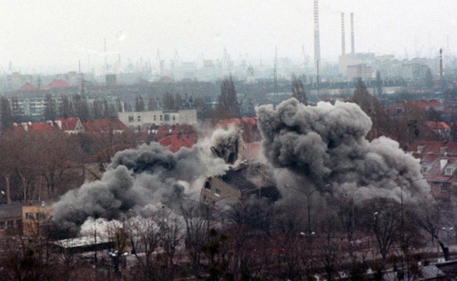18 kwietnia 1995 roku. Wyburzanie budynku mieszkalnego w Gdańsku, w dzielnicy Strzyża. W budynku dzień wcześniej wybuchł gaz