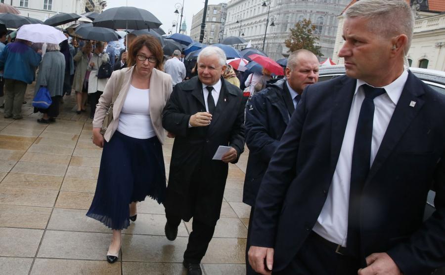 Prawa i Sprawiedliwości - prezes partii Jarosław Kaczyński i rzeczniczka PiS Beata Mazurek po uroczystości przed Pałacem Prezydenckim w kolejną miesięcznicę katastrofy smoleńskiej