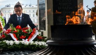 """Andrzej Duda podczas uroczystości odsłonięcia tablicy poświęconej """"Żołnierzom Wyklętym"""" na filarze Grobu Nieznanego Żołnierza"""