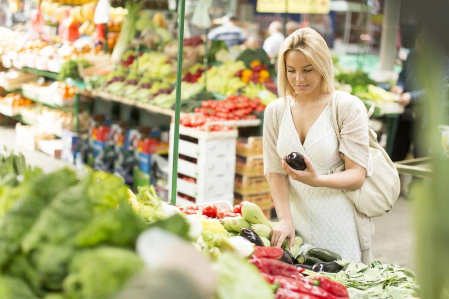 Zakupy na targu warzywnym