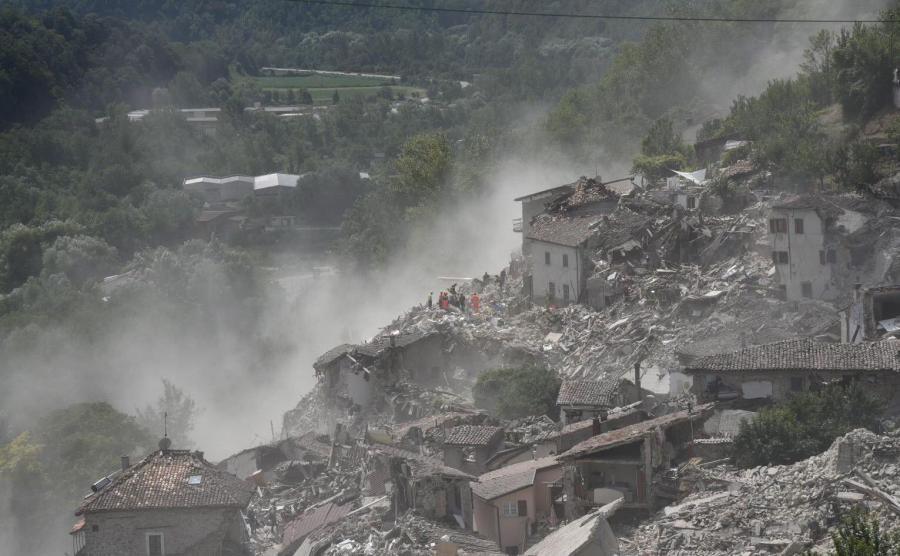 Zniszczone w trzęsieniu ziemi miasto Amatrice widziane z lotu ptaka