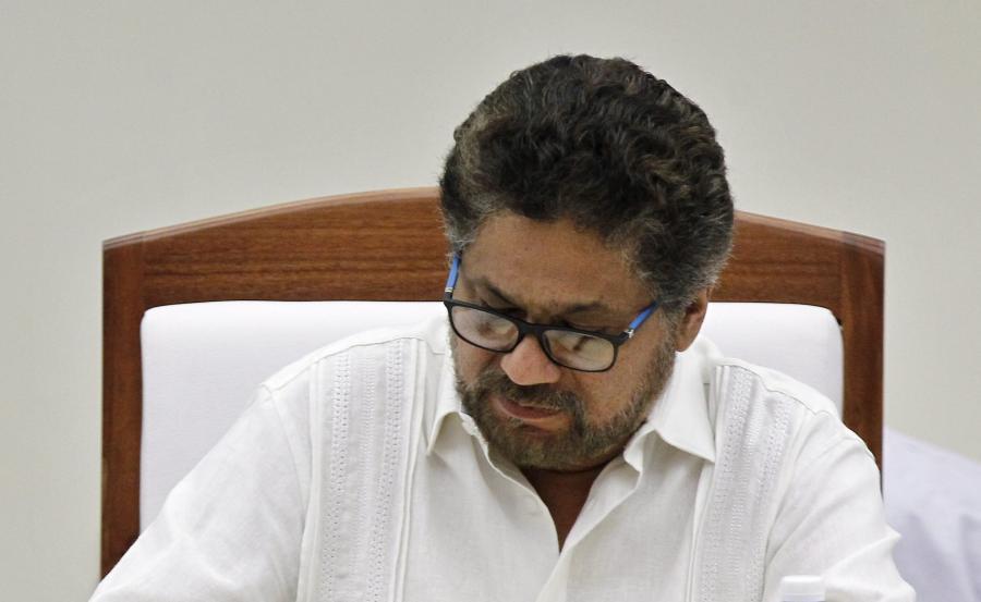Luciano Marin, alias Ivan Marquez, przedstawiciel partyzantki FARC podpisuje porozumienie pokojowe