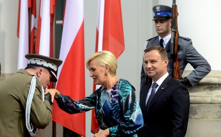 Prezydent Andrzej Duda (P) z żoną Agatą Kornhauser-Dudą (C) podczas uroczystości na dziedzińcu Belwederu