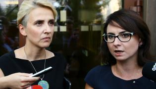 Posłanki Nowoczesnej Joanna Scheuring-Wielgus (L) i Kamila Gasiuk-Pichowicz (P) rozmawiają z dziennikarzami przed Sejmem, przed spotkaniem z Komisją Wenecką