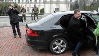 Bartłomiej Misiewicz wysiada z limuzyny MON