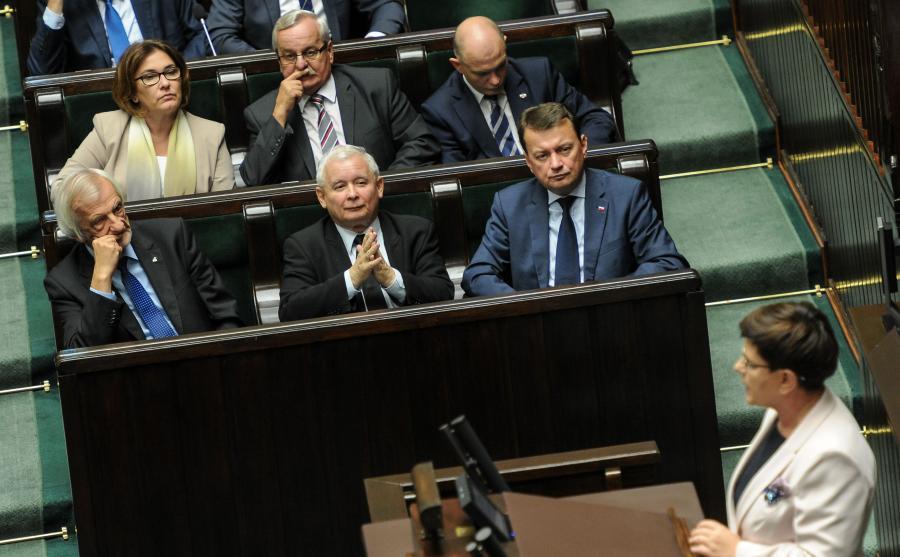 Jarosław Kaczyński w Sejmie przysłuchuje się przemówieniu Beaty Szydło