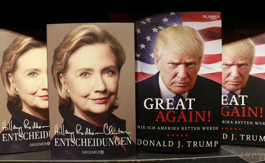 Książki Hillary Clinton i Donalda Trumpa w księgarni w Berlinie