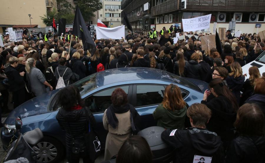 Czarny protest przed siedzibą PiS
