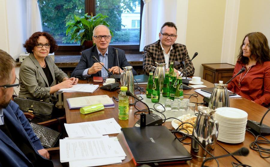 Członkowie Rady Mediów Narodowych: przewodniczący Krzysztof Czabański (3L), Elżbieta Kruk (2L), Joanna Lichocka (P) i Grzegorz Podżorny (L) przed posiedzeniem Rady Mediów Narodowych